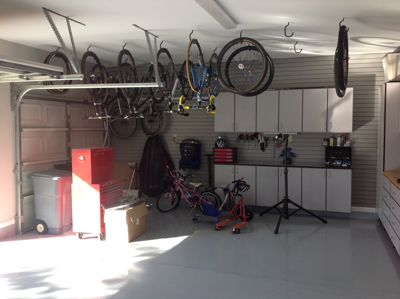 3 zones for storing bicycles in your garage. Black Bedroom Furniture Sets. Home Design Ideas